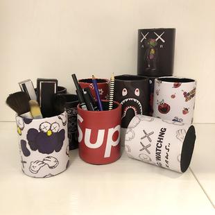 潮牌创意卡通可爱皮革笔筒学生办公桌面摆件文具美甲眉笔收纳盒罐