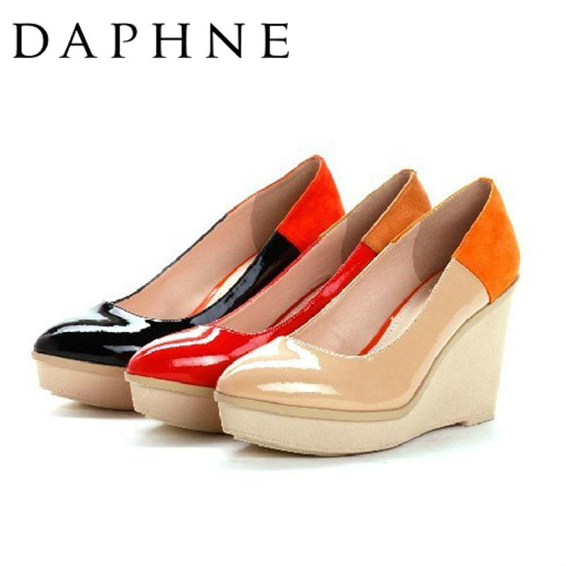 达芙妮坡跟鞋 达芙妮13年春新款女鞋镜面漆皮拼色坡跟浅口通勤女单鞋1013101034_推荐淘宝好看的达芙妮坡跟鞋