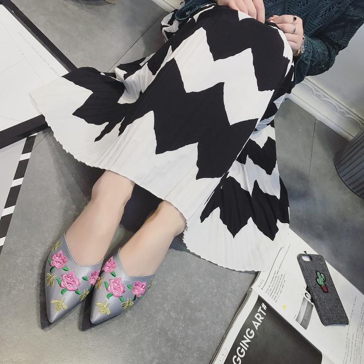 平底尖头鞋 夏季舒适时尚尖头浅口包头绣花朵平底平跟粗跟红黑色淑女士凉拖鞋_推荐淘宝好看的平底尖头鞋