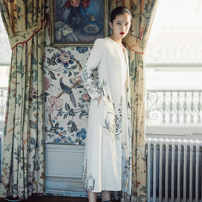 白色风衣 彼得潘大叔原创秋装文艺复古长袖白色大衣超长刺绣外套风衣女808K_推荐淘宝好看的白色风衣