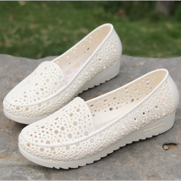 白色凉鞋 夏季超软白色护士鞋凉鞋女鞋塑料鸟巢镂空孕妇妈妈鞋工装鞋洞洞鞋_推荐淘宝好看的白色凉鞋