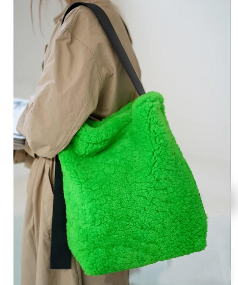 绿色水桶包 网红绿色真毛羊羔毛毛毛包单肩斜跨新款女皮草水桶包2020包包_推荐淘宝好看的绿色水桶包