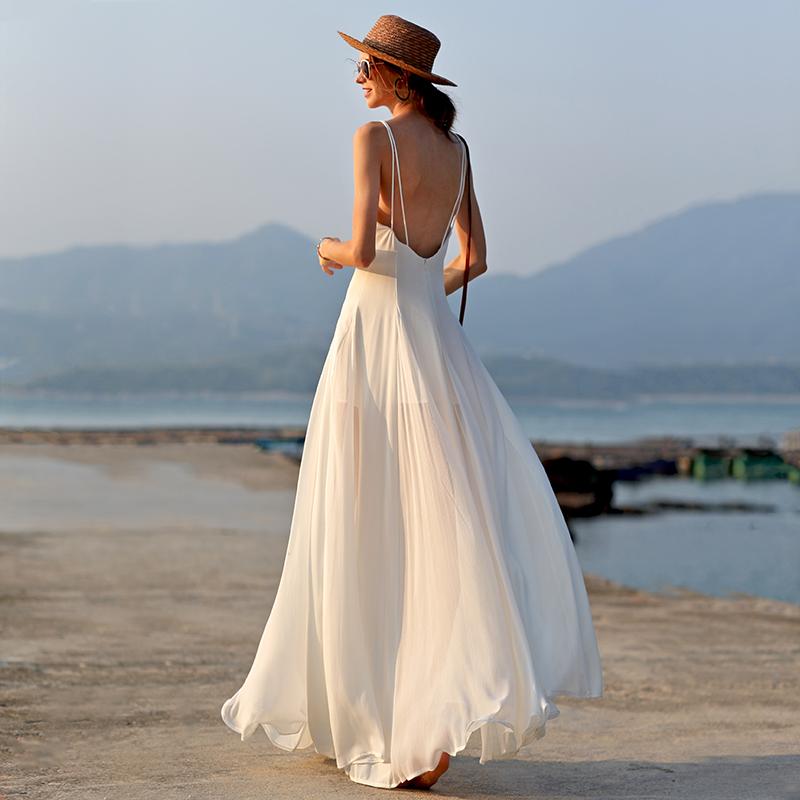 白色连衣裙 三亚旅行穿搭拍照沙滩裙仙海边度假风连衣裙女夏白色吊带长裙超仙_推荐淘宝好看的白色连衣裙