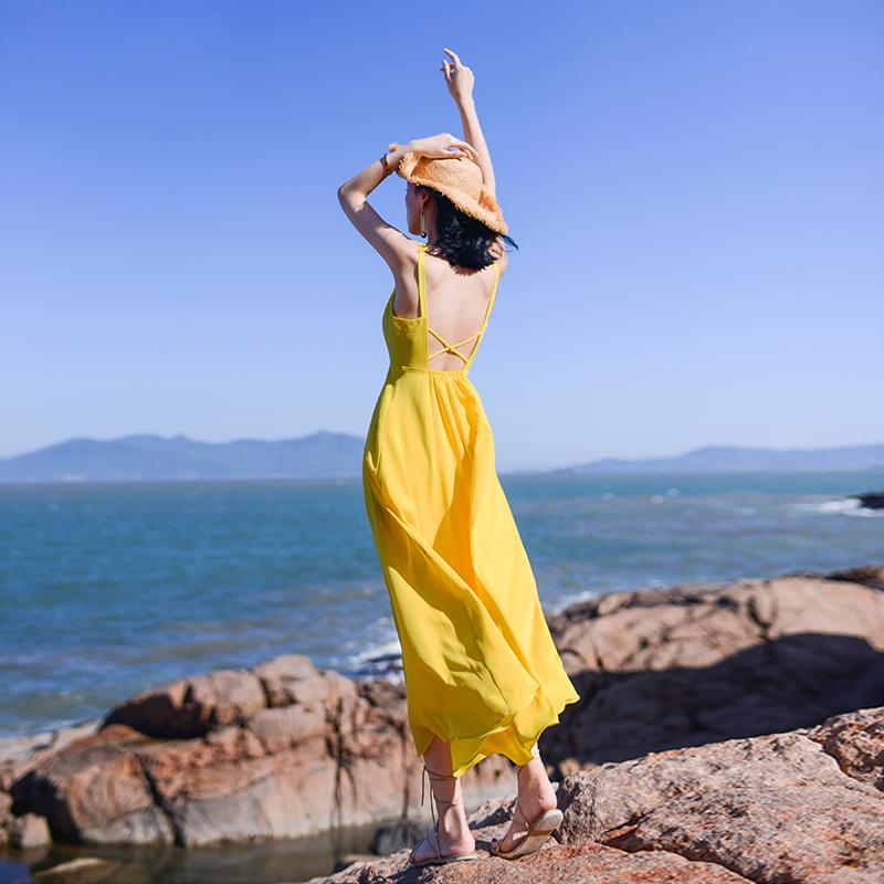 黄色连衣裙 吊带长裙女夏2021新款海边度假黄色沙滩裙性感露背长款雪纺连衣裙_推荐淘宝好看的黄色连衣裙