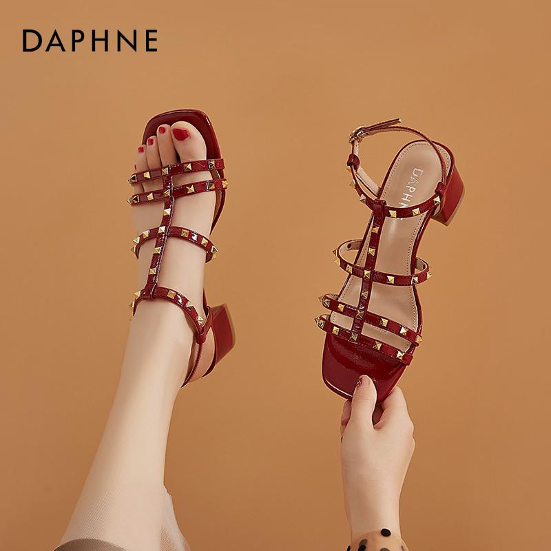 红色罗马鞋 达芙妮铆钉罗马凉鞋女2021年新款一字扣带高跟鞋粗跟夏季红色凉鞋_推荐淘宝好看的红色罗马鞋