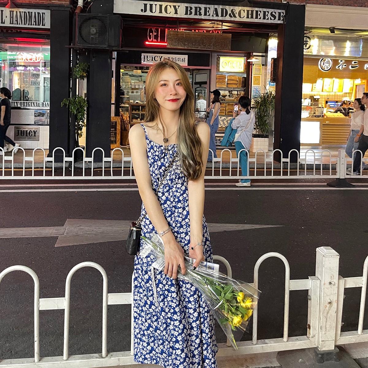 蓝色碎花连衣裙 WHYSTUDIO 复古蓝色碎花吊带连衣裙女长款2021夏季新款小个子长裙_推荐淘宝好看的蓝色碎花连衣裙