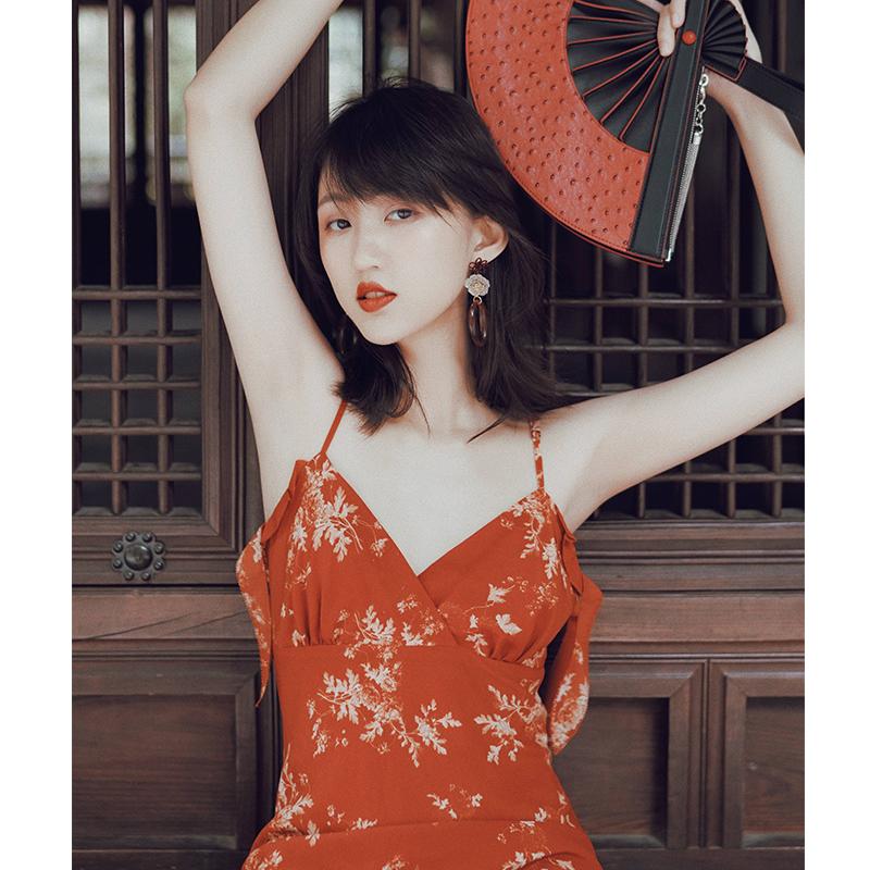 红色连衣裙 吊带裙连衣裙女春秋法式复古红色碎花裙海边度假长裙露背性感裙子_推荐淘宝好看的红色连衣裙