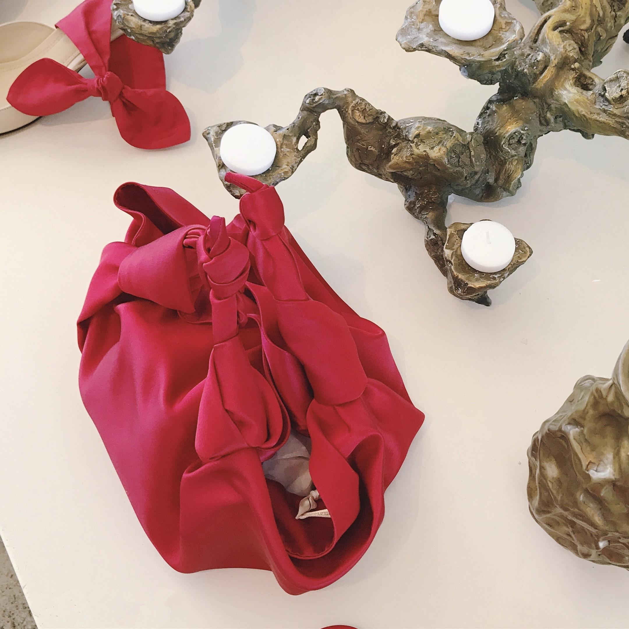 红色手拿包 小众包网红同款丝绒手拿包红色复古丝绸包绸缎面饺子包迷你手拎包_推荐淘宝好看的红色手拿包