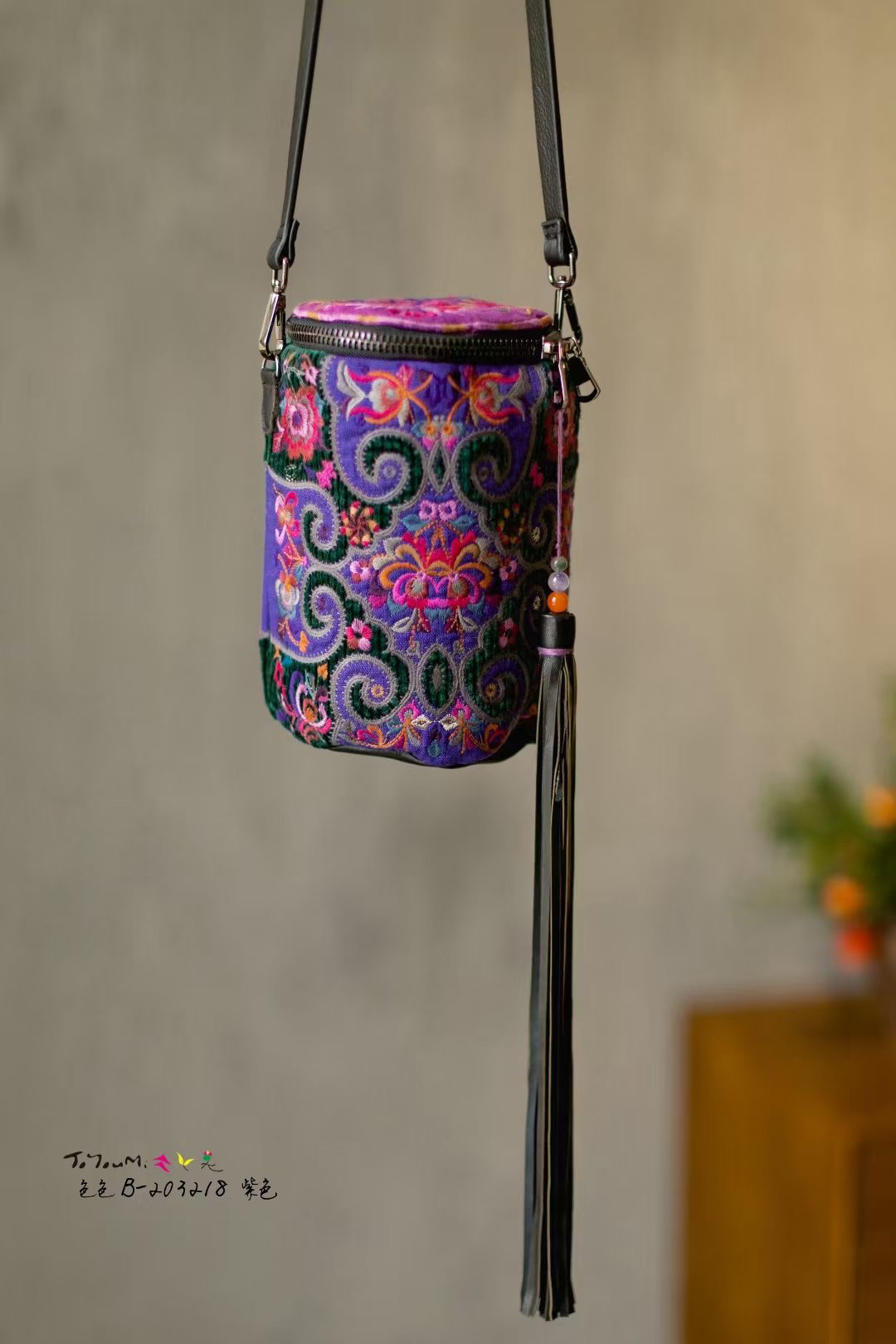 紫色水桶包 民族风紫色满绣水桶包单肩斜挎小包长流苏PU皮带布包女包_推荐淘宝好看的紫色水桶包