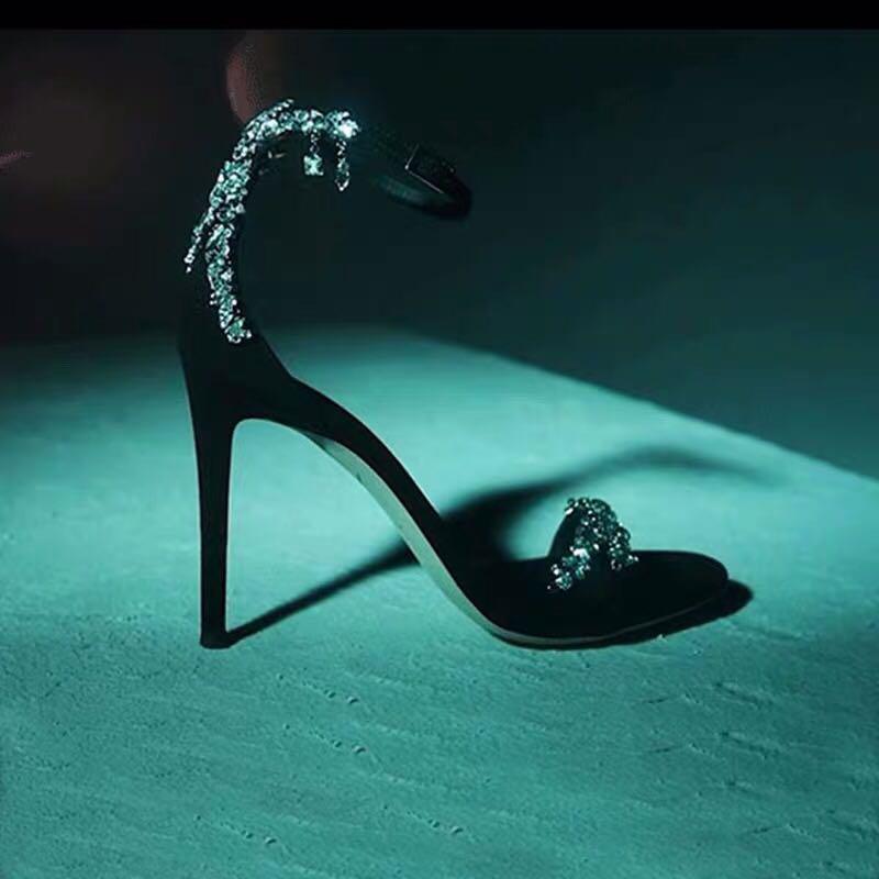 黑色鱼嘴鞋 2021年新款高跟鞋黑色凉鞋露趾水钻一字式扣带绸缎细跟网红超烫女_推荐淘宝好看的黑色鱼嘴鞋