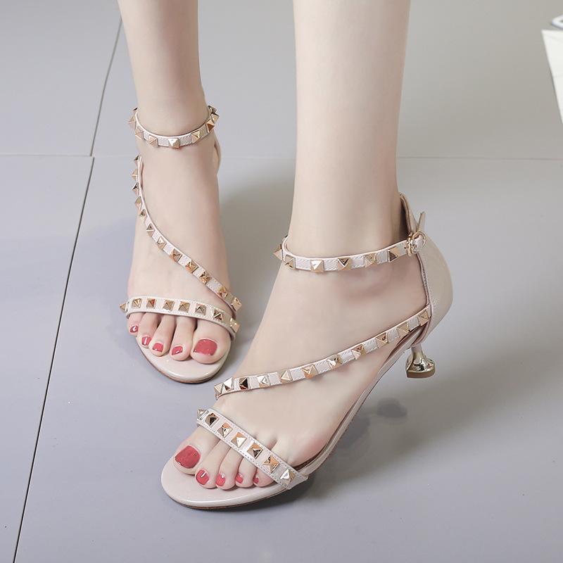 皮凉鞋 2019流行时尚新款日常搭扣粉色黑色低帮韩版细跟漆皮铆钉女士凉鞋_推荐淘宝好看的女皮凉鞋