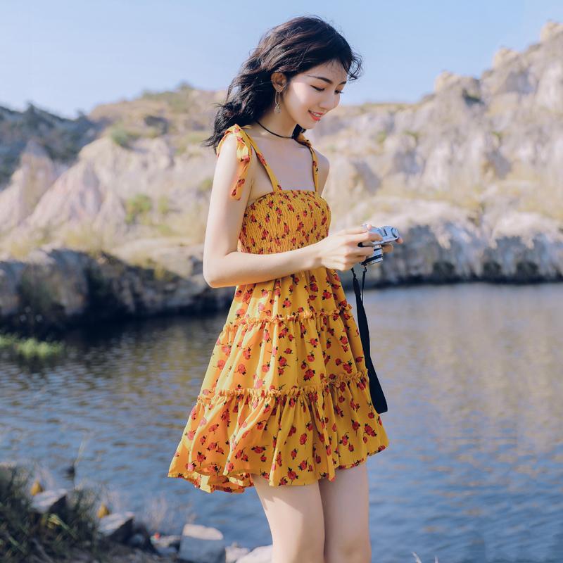 黄色连衣裙 超仙三亚沙滩裙女小个子吊带连衣裙海边度假短裙黄色小清新碎花裙_推荐淘宝好看的黄色连衣裙