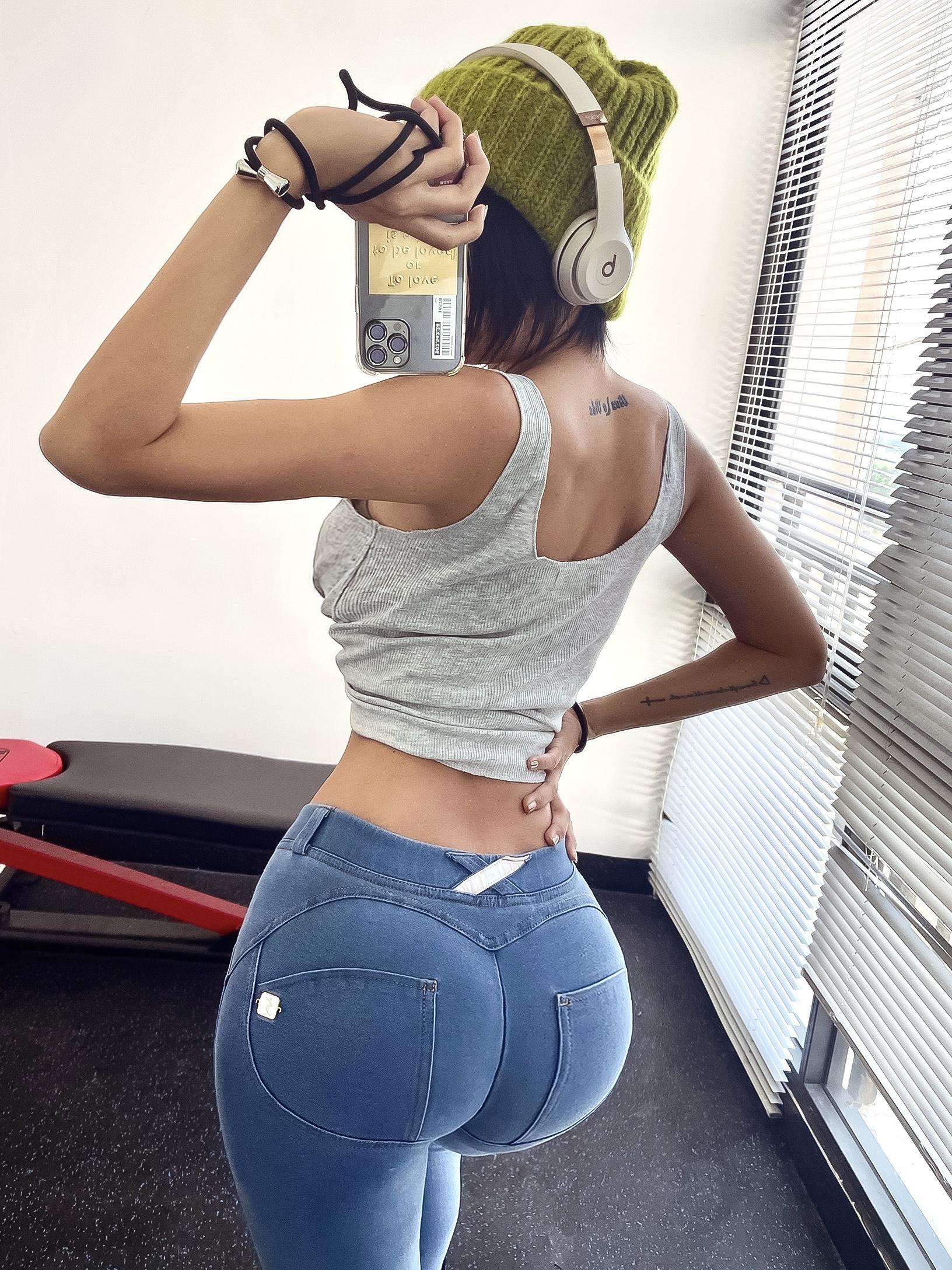 街拍紧身牛仔裤 蜜桃臀牛仔蓝浅色水洗蜜桃裤女运动健身性感外穿街拍紧身裤提臀裤_推荐淘宝好看的女街拍紧身牛仔裤