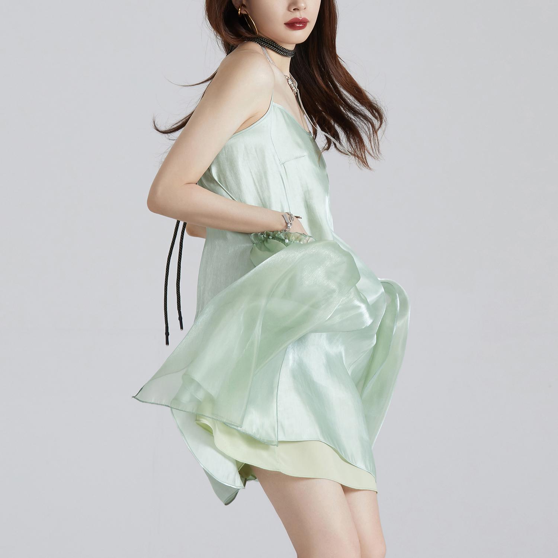 绿色连衣裙 UNDORABLE  绿色吊带裙女夏新款高腰无袖a字裙宽松缎面V领连衣裙_推荐淘宝好看的绿色连衣裙