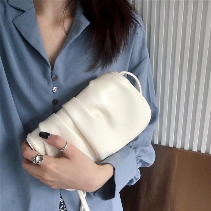 白色手拿包 马鞍包女云朵包白色包包手拿斜挎韩版简约仙女褶皱2021新款小包潮_推荐淘宝好看的白色手拿包