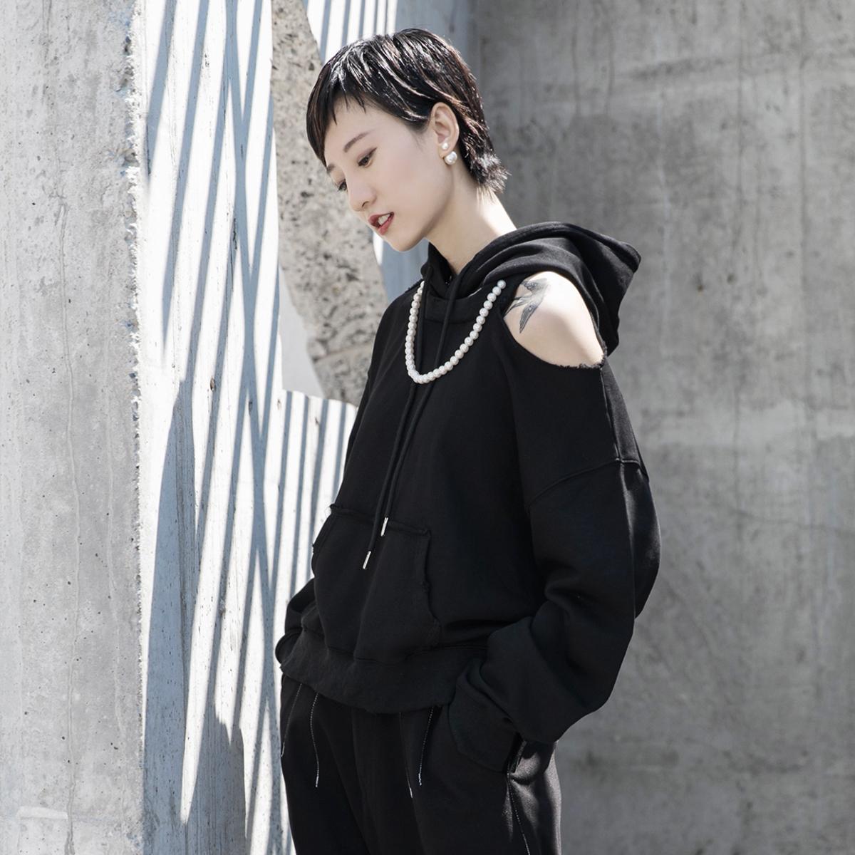 卫衣 SIMPLE BLACK 2021春装设计师款珍珠项链装饰破洞露肩休闲卫衣女_推荐淘宝好看的女卫衣