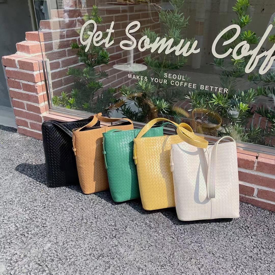 绿色水桶包 2021新款大容量编织大包包女高级感单肩腋下包手提百搭水桶包绿色_推荐淘宝好看的绿色水桶包
