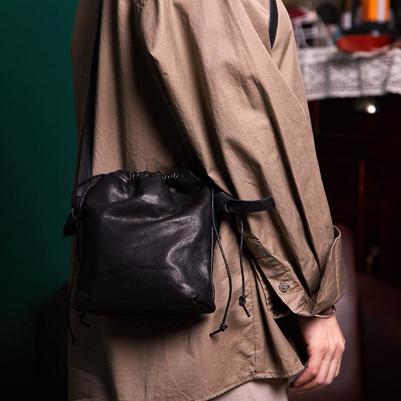 斜跨水桶包 原创设计ins风包包 迷你抽绳水桶包单肩斜跨女包真皮钱袋子软皮潮_推荐淘宝好看的斜跨水桶包