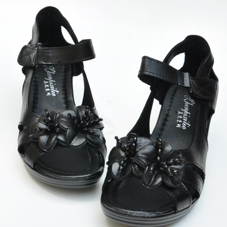 真皮罗马鞋 奢华时尚中年女鞋2021妈妈鞋凉鞋罗马风真皮花朵中跟中老年女鞋_推荐淘宝好看的真皮罗马鞋
