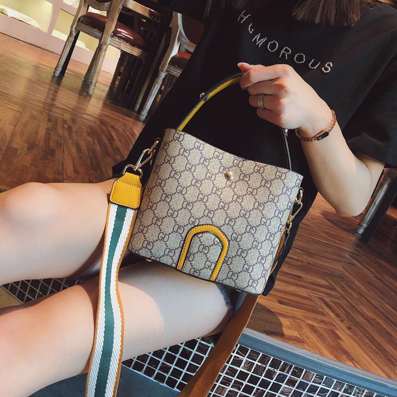 黄色水桶包 包包女2019新款欧美时尚印花水桶包chic百搭斜挎手提包彩带单肩包_推荐淘宝好看的黄色水桶包