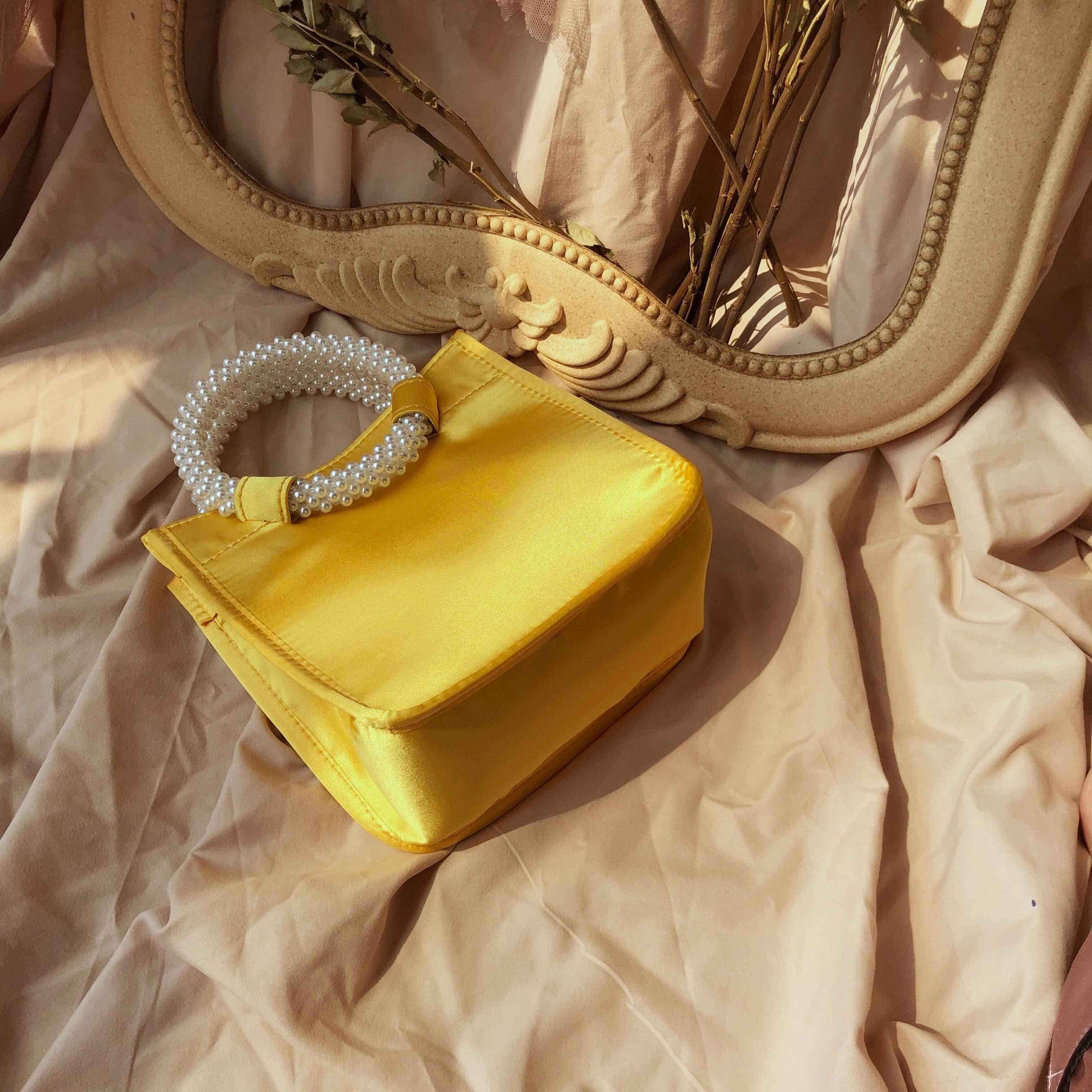黄色复古包 小香风小众复古轻奢包黄色绸缎新款珍珠手提斜挎时尚设计感女包潮_推荐淘宝好看的黄色复古包