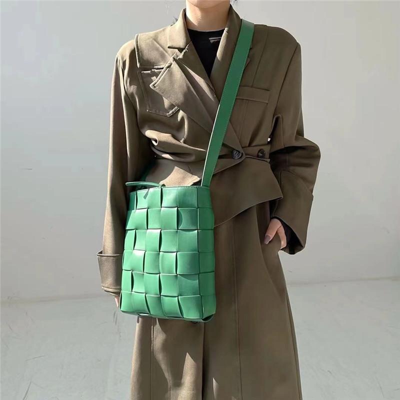 绿色邮差包 欧美大牌编织邮差包2021新款时尚斜挎水桶包网红高级感绿色包包女_推荐淘宝好看的绿色邮差包