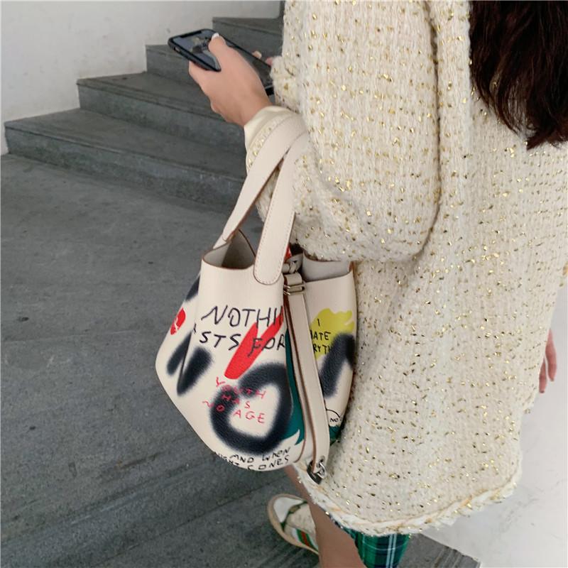 韩版水桶包 lala定制印花涂鸦水桶包斜挎韩版新款2020春季时尚手提女包_推荐淘宝好看的女韩版水桶包