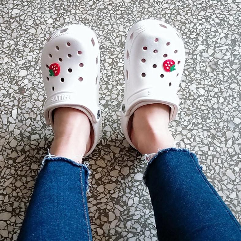 白色凉鞋 夏季新款沙滩洞洞鞋女凉鞋大码平底白色工作护士鞋40-41-42凉拖鞋_推荐淘宝好看的白色凉鞋