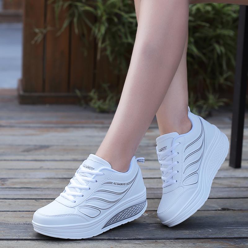 白色厚底鞋 白色摇摇鞋春秋女鞋2021新款厚底增高旅游皮面透气休闲健步运动鞋_推荐淘宝好看的白色厚底鞋