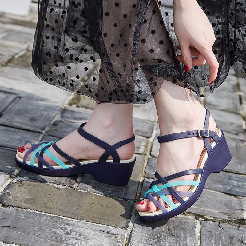 果冻坡跟鞋 2020夏季果冻鞋洞洞女凉鞋软底防滑沙滩鞋妈妈坡跟水晶塑料雨鞋女_推荐淘宝好看的果冻坡跟鞋