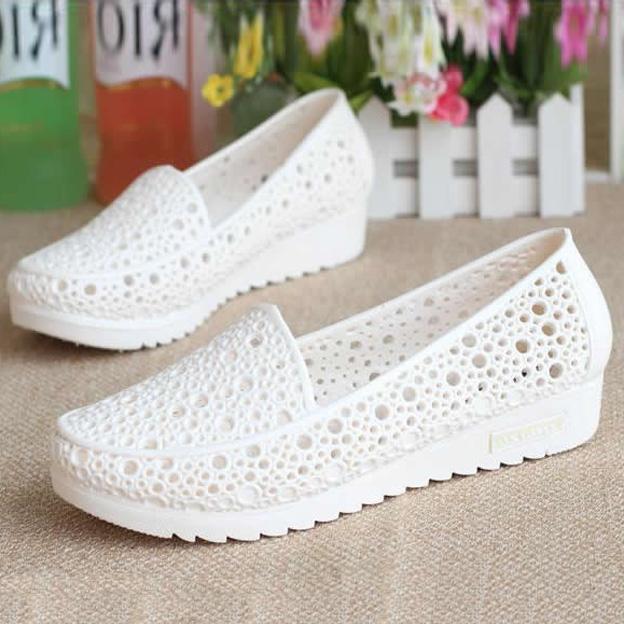 白色坡跟鞋 夏季坡跟防滑护士鞋平底白色凉鞋女夏塑料镂空妈妈鞋工作鞋洞洞鞋_推荐淘宝好看的白色坡跟鞋