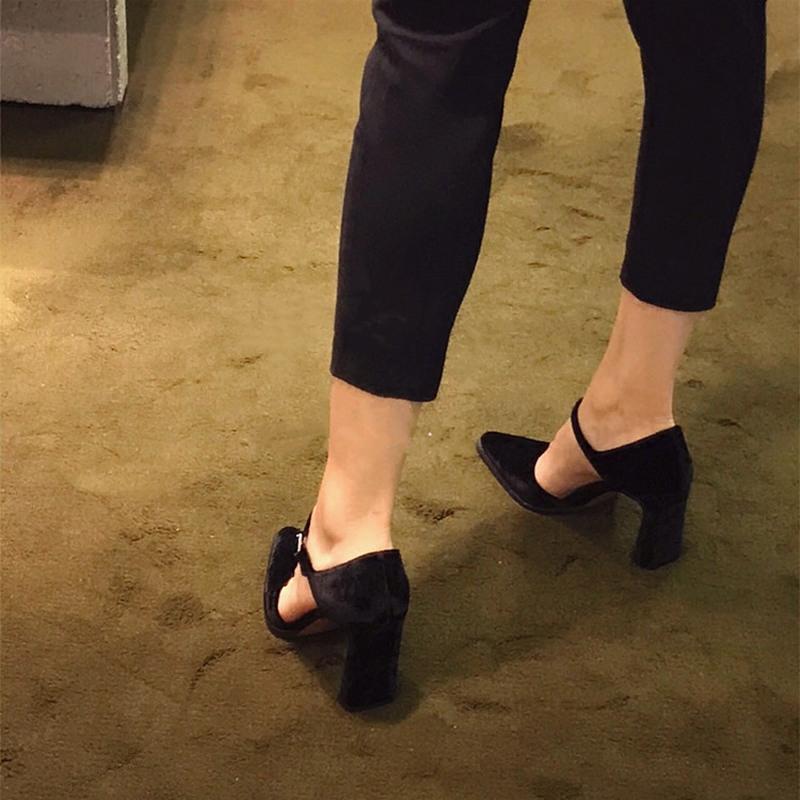 高跟单鞋 2020春季欧美复古玛丽珍高跟鞋粗跟一字扣带单鞋女黑色丝绒尖头鞋_推荐淘宝好看的女高跟单鞋
