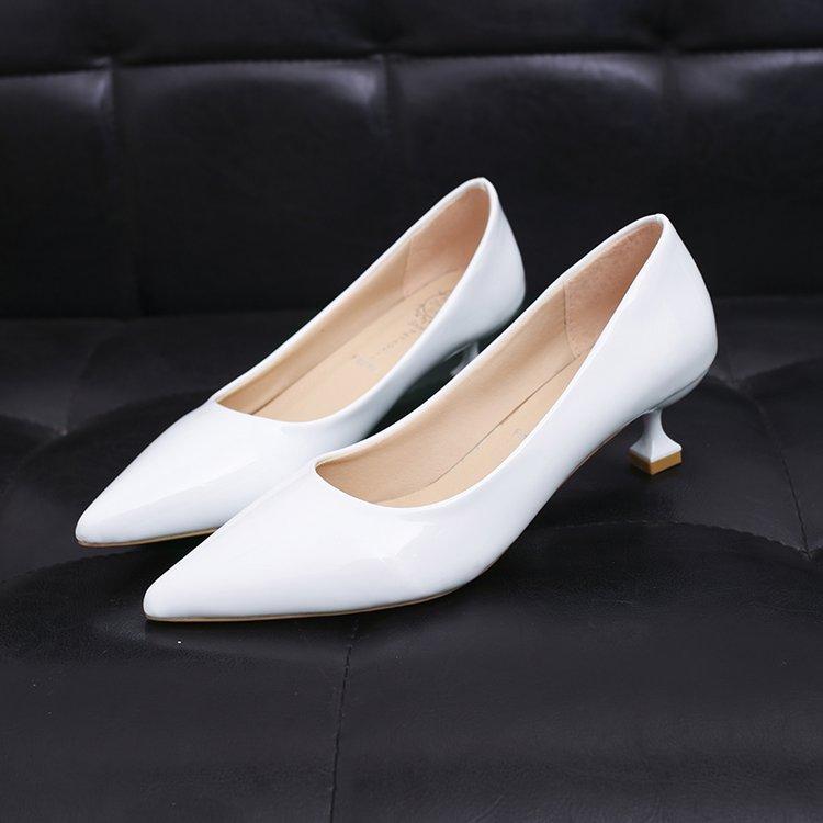 白色尖头鞋 2020春秋新款亮皮漆皮尖头高跟鞋白色猫跟3CM细跟浅口矮低跟女鞋_推荐淘宝好看的白色尖头鞋