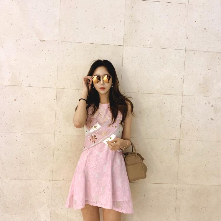 粉红色连衣裙 明星同款2021年春季新款女装粉红色甜心印花连衣裙交叉带无袖洋装_推荐淘宝好看的粉红色连衣裙