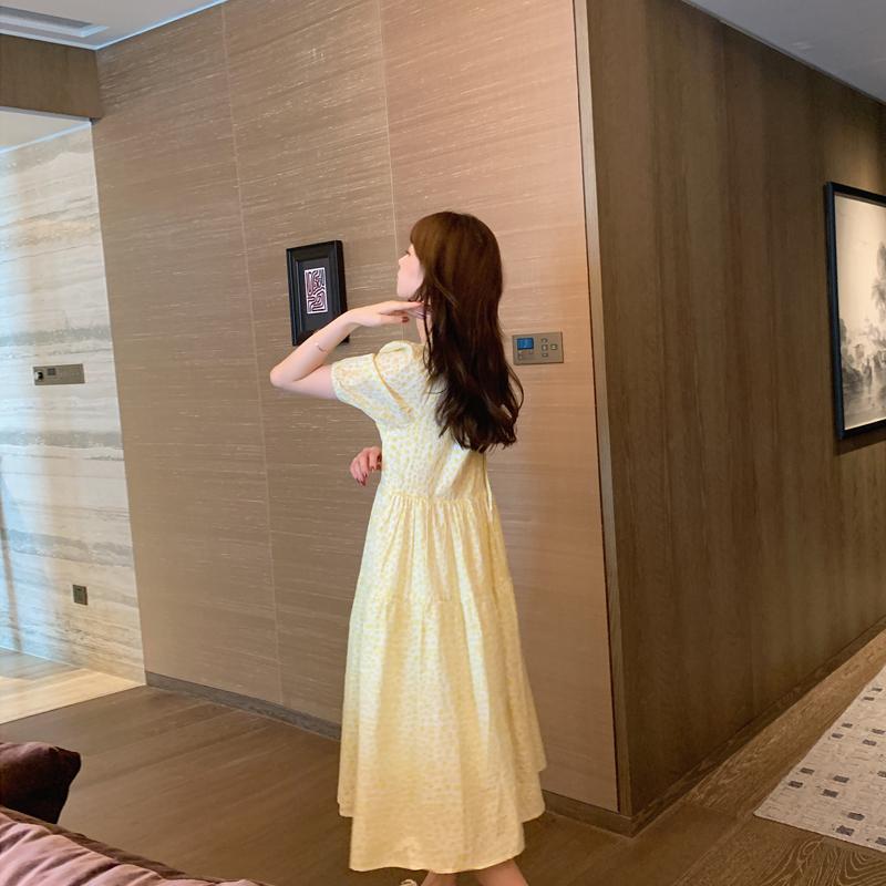 黄色连衣裙 孔一粒  宽松显瘦蛋黄色碎花中长款连衣裙女夏季新款温柔风大摆裙_推荐淘宝好看的黄色连衣裙