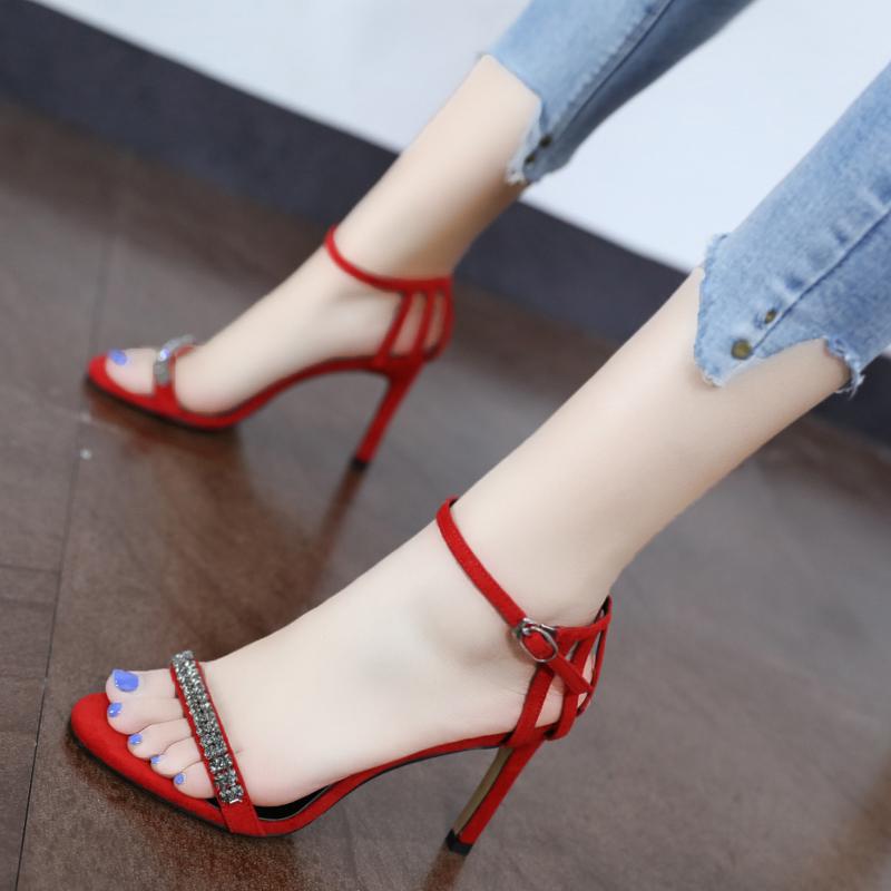 红色鱼嘴鞋 露趾绒面红色水钻凉鞋女新款欧美一字扣包跟细跟镂空高跟鞋2019夏_推荐淘宝好看的红色鱼嘴鞋