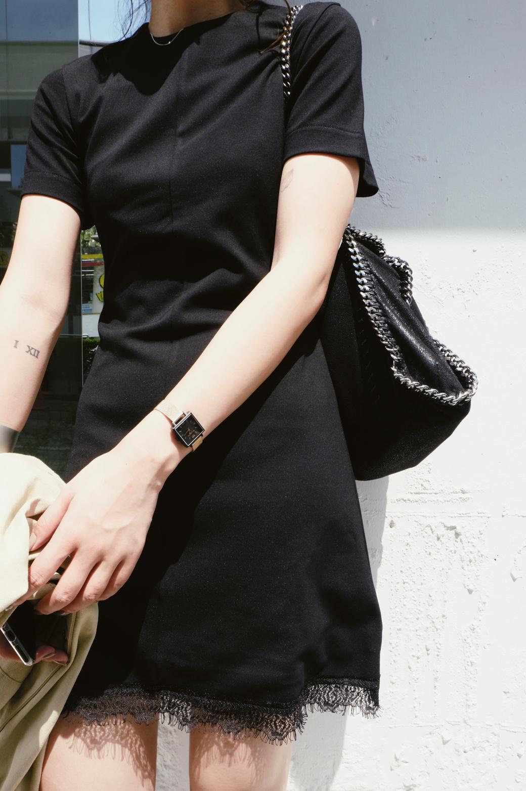 经典修身连衣裙 iWiNG酷酷女人味黑色睫毛蕾丝经典短袖连衣裙 春季新款修身小黑裙_推荐淘宝好看的经典修身连衣裙