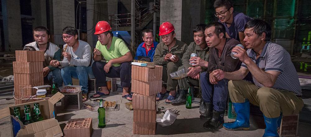 工地上的世界杯!论看球就服这群建筑工人