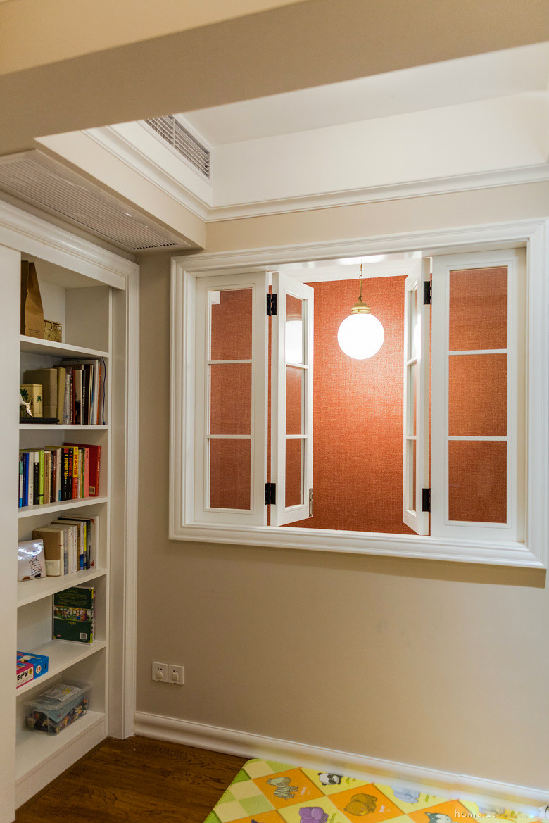 这里看到的是书房的一角,书房的窗户设计的比较有创意,还会通过…