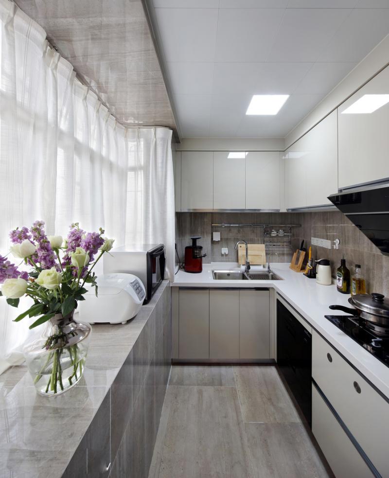 厨房的整体橱柜选择热烈的大红色,地面的地砖颜色非常耐脏又好打...