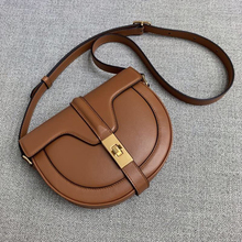 The New Genuine Leather one-shoulder bag for ladies of Baobao in 2019 is designed by a small group of people. Semi-circle saddle for ladies of Baochao is a simple oblique bag.