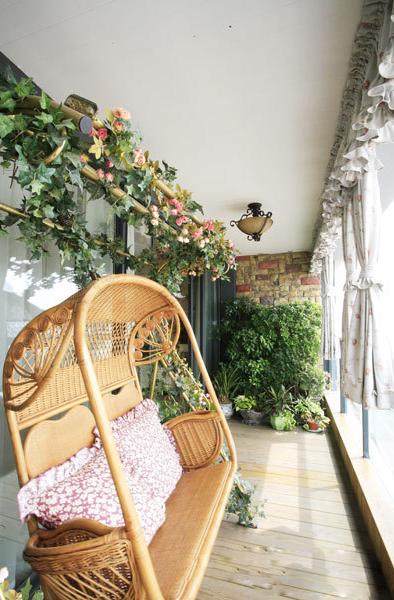這個陽台非常不錯,不但打造出小環境的休閑,也打造出大環境的寫…