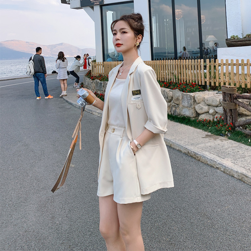 Small suit suit womens summer wear thin seven-point mid-sleeve 2021 new casual age-reducing shorts two-piece set