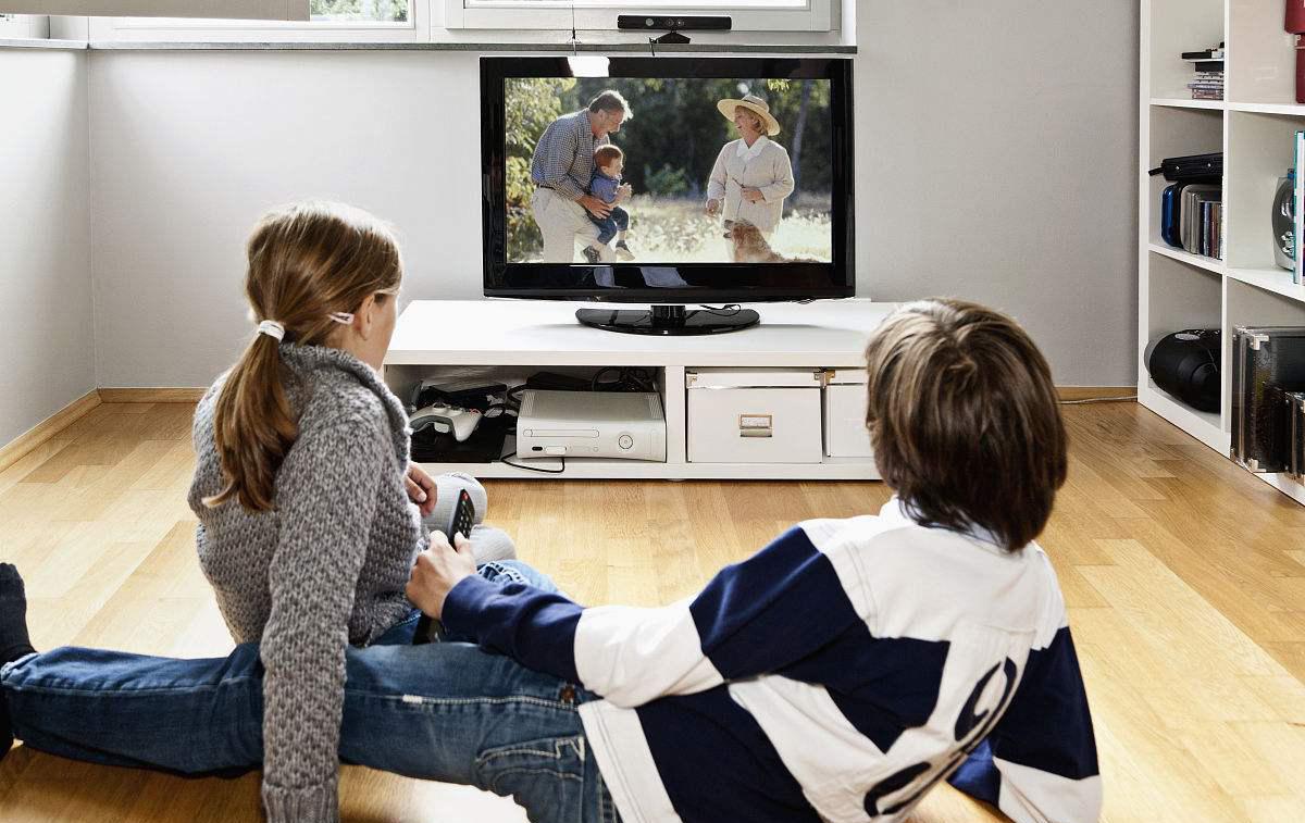 父母该不该阻止孩子看电视?