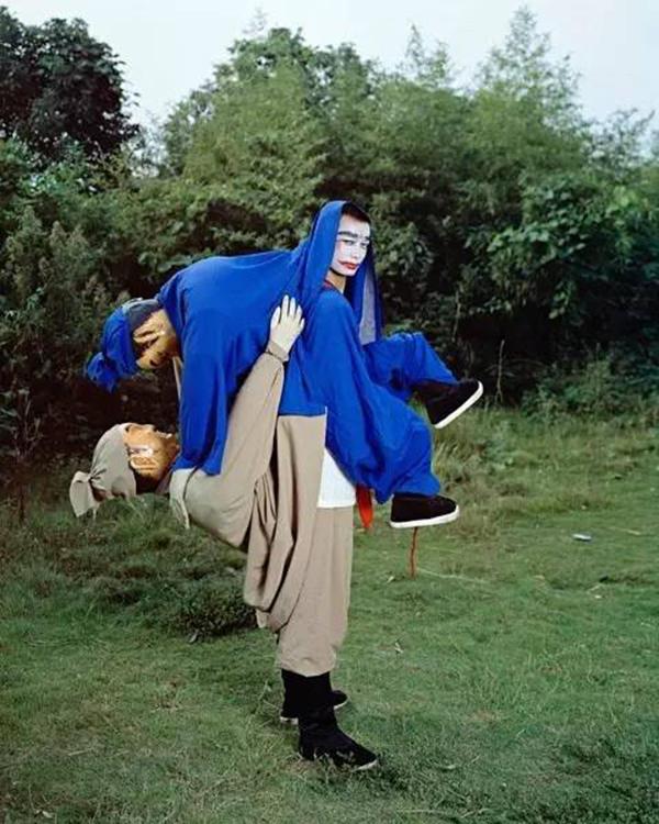 16年秋冬系列与Milka Djordjevich合作创作的行为艺术表演