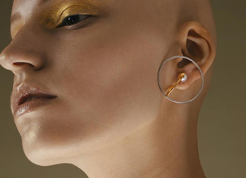 大小适中的中型圆环耳环