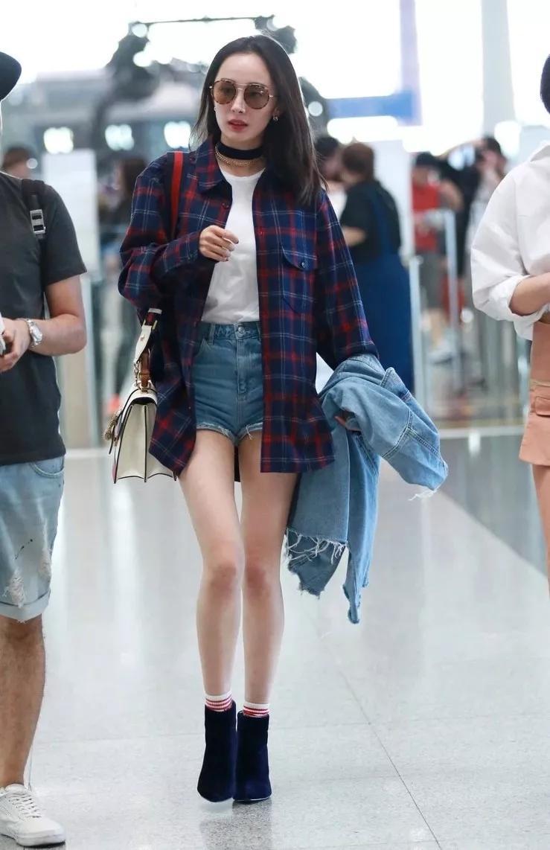 """""""街拍女王""""杨幂就特别喜欢在春天穿上格纹衬衫,她比较偏爱深色系的格子系列,搭配靴子单品,效果特别惊艳。、"""