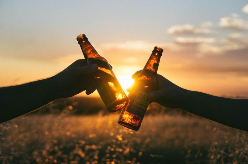 只要给我来两瓶精酿,加一碟花生米,我可以在酒吧里跟朋友彻夜畅谈10个小时