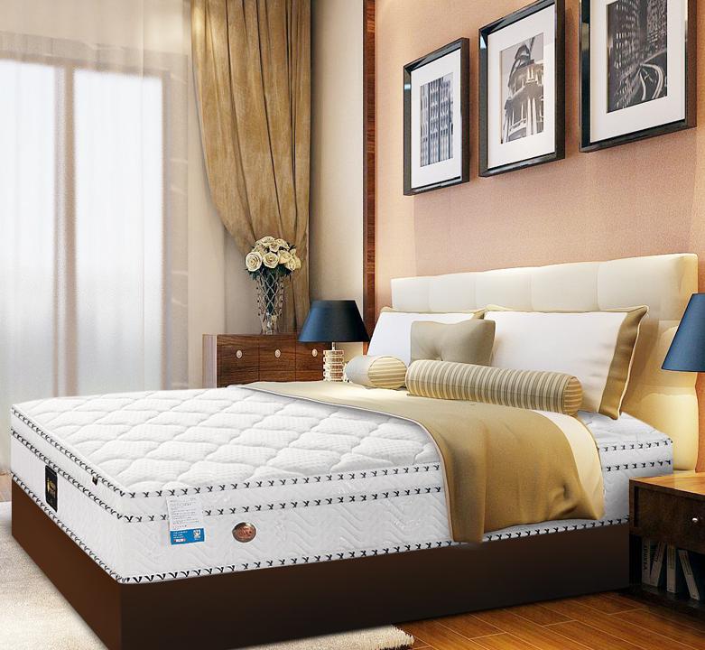 夏天睡在乳胶床垫上会比普通床垫要凉爽得多,不会有闷热的现象