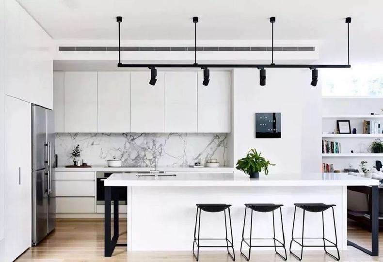 有些精装房的厨房,为了隔绝油烟,通常都会做成单一的封闭空间